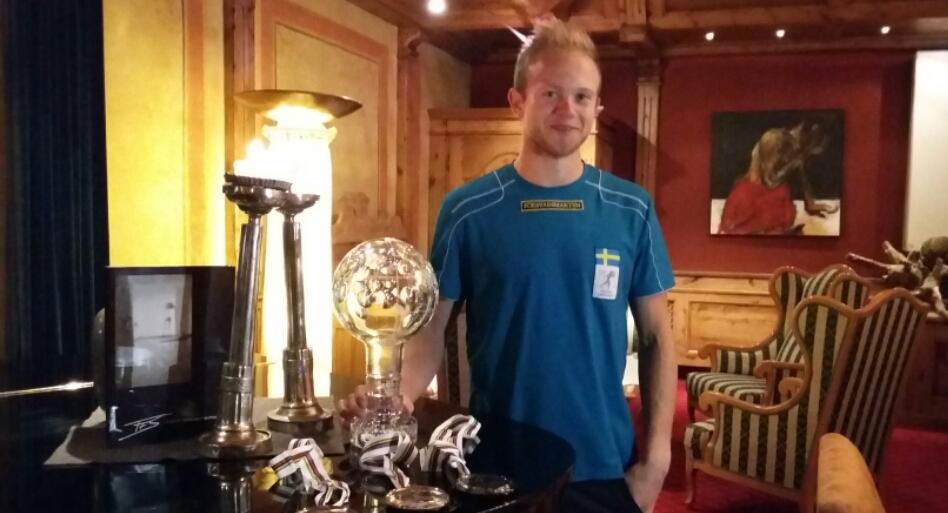 Robban visade upp medaljerna & pokalen han plockat hem.
